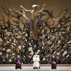 Pope Francis I is flanked by Swiss Guards as he sits under a wooden sculpture in the Paul VI general audience hall during an audience for members of the media, at the Vatican March 16, 2013. REUTERS/Paul Hanna (VATICAN - Tags: RELIGION)